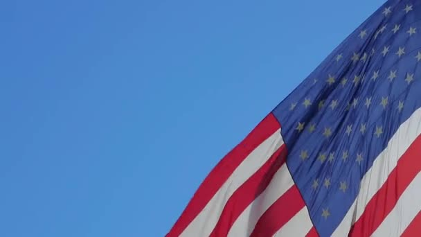 amerikai zászló integet.