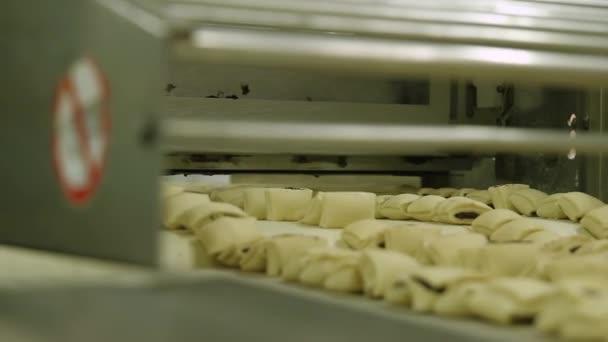 Pečivo s mákem v pekárně.