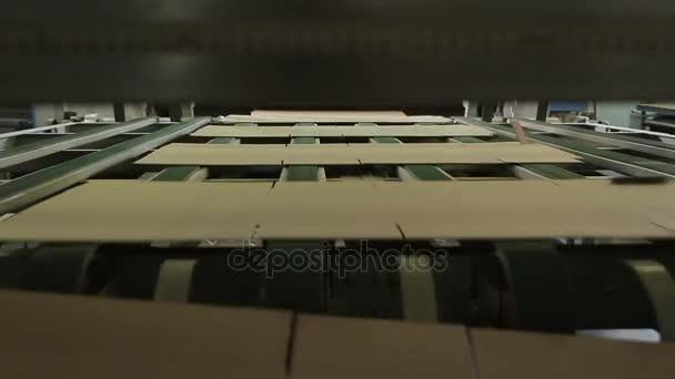 Výroba lepenkových krabic.