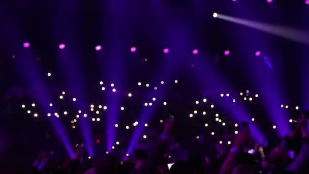 Közönség a zseblámpák telefonok süt.