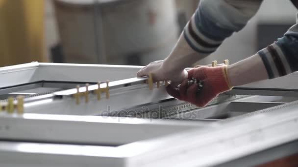 Pracovní nainstalujte kování pro plastová okna