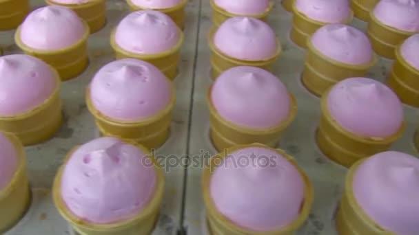Růžová ovocná vanilková zmrzlina v šálku vafle.