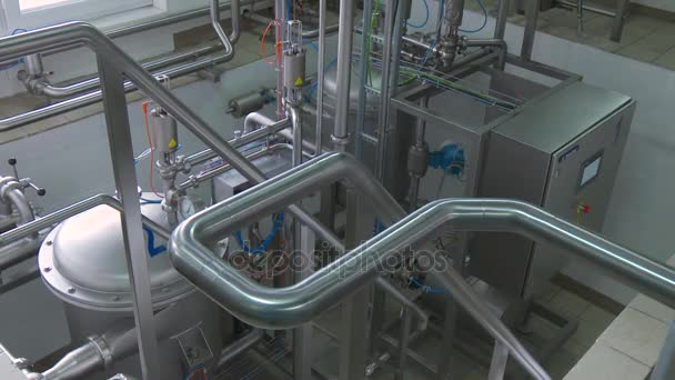 Čistý vysoce kvalitní moderní potrubí v průmyslových interiérů. Průmyslová zóna, ocelové potrubí, ventily, kabely a chodníky. Ocelové nádrže v interiéru moderní továrny