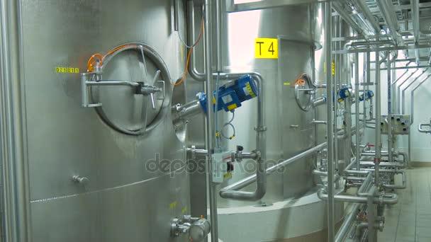 Potrubí ocel, moderní, lesklá je pokryta kapičky kondenzátu. Čistý vysoce kvalitní moderní potrubí v průmyslových interiérů. Ocelové nádrže v interiéru moderní továrny.
