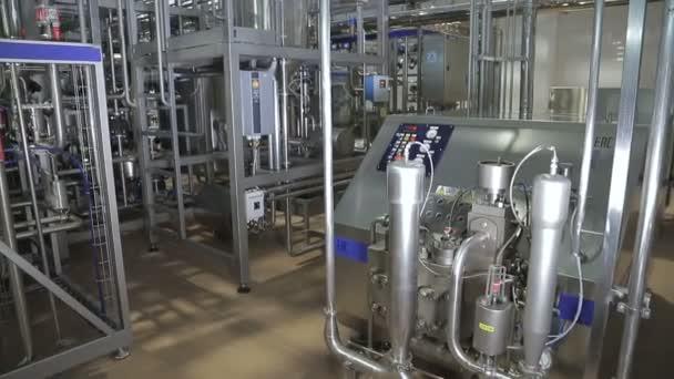 Potrubí v moderní továrně na mléčné výrobky