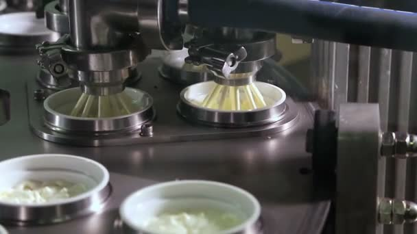 Unit for pouring yoghurt into plastic jars