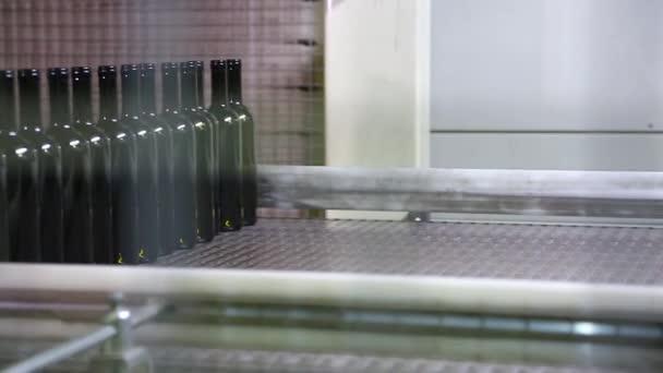Balení temné láhve vína v dílně