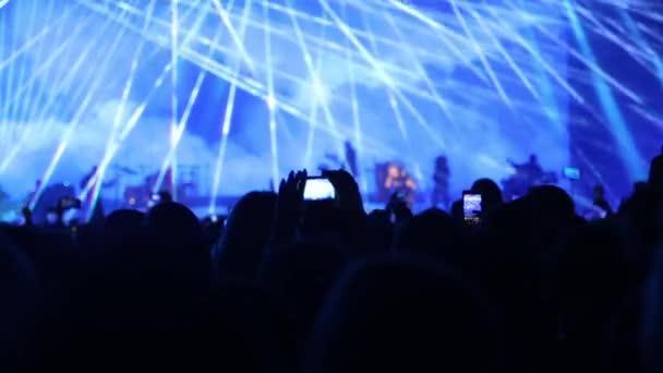 A közönség a koncerten felemeli a kezét és integet.