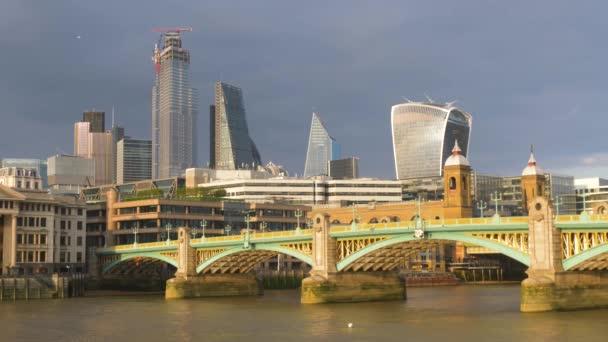 Southwark Bridge over River Thames v Londýně