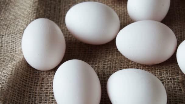 friss fehér nagy nyers tojást