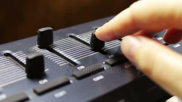 ženská ruka melodie midi syntezátor klávesnice