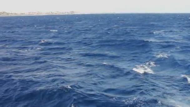 Modré moře vody pohled z pohybu lodi