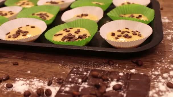 Syrové těsto na vdolky ve speciálních papírových pekáčku sypané s kousky čokolády