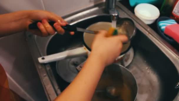 dítě v kuchyni, mytí nádobí