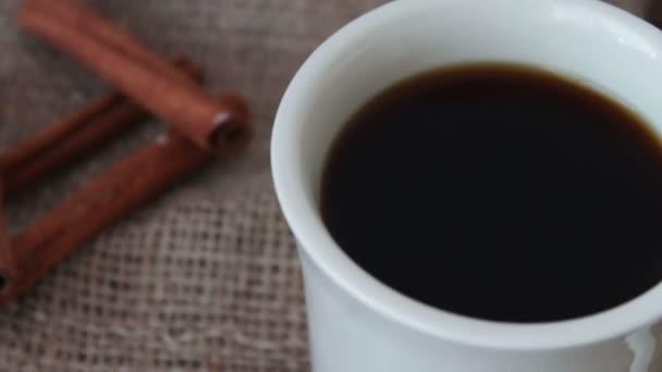 Šálek voňavé kávy na dřevěný stůl.