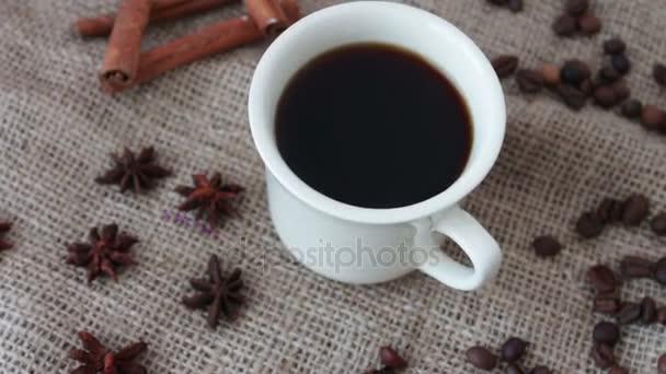 Egy csésze illatos kávét egy fából készült asztal.