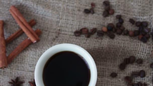 Šálek voňavé kávy na dřevěný stůl