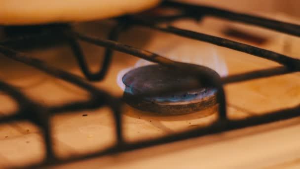 Flammen von Gasherden und Streichhölzern