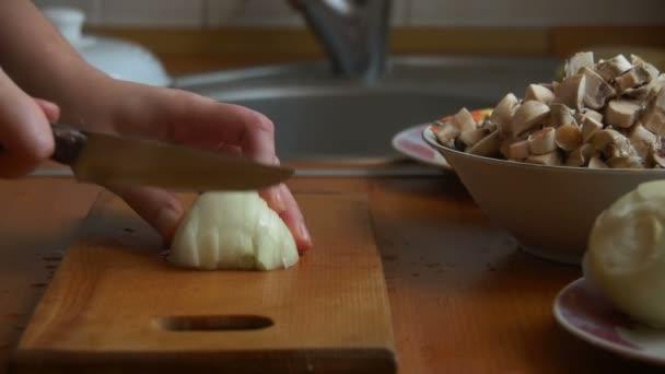Šéfkuchař krájení cibule s nožem