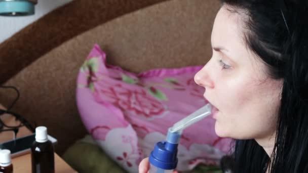 das Mädchen mit der Krankheit Asthma, zu Hause mit einem Vernebler