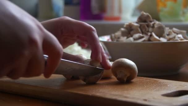 Szakács felvágják gomba egy késsel