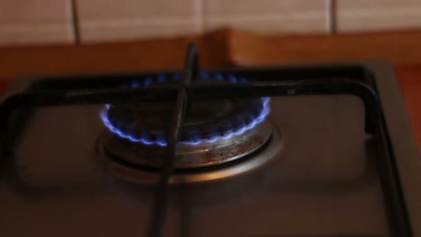 Hořící modré plameny plynový sporák