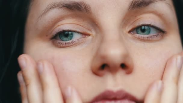 Portrét krása ženská ruka se dotýká koncept péče o pleť obličeje