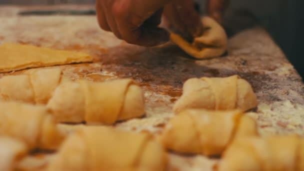 Egy nő hozza a friss darab tésztát sárgabarack lekvár