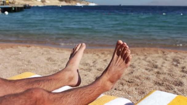 Beine Auf Den Sonnenliegen Am Strand Liegen Stockvideo Milkare