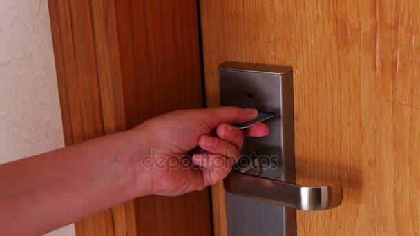 Картинки по запросу фото дама открывает дверь в отеле