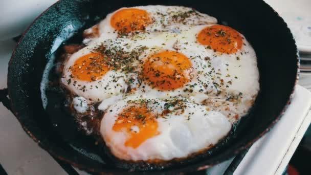Ráno, sázená vejce je pražená v kastrolku na domácí kuchyně