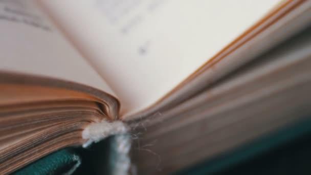 Fordult a lapokat egy régi könyv közelről