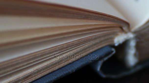 Posouvání knihu v makru