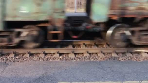 Kola ve vlaku pohybující se podél kolejí closeup