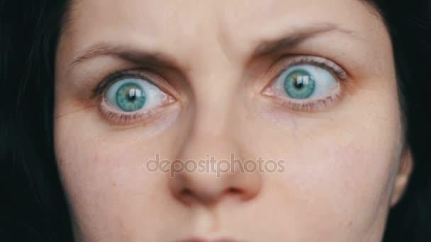 Velmi emotivní dívka otáčí její oči a zázraky
