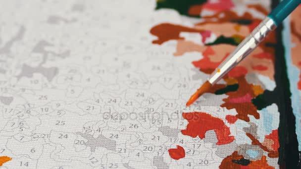 Maler malen mit Acrylfarben. Färbung Bild von Zahlen