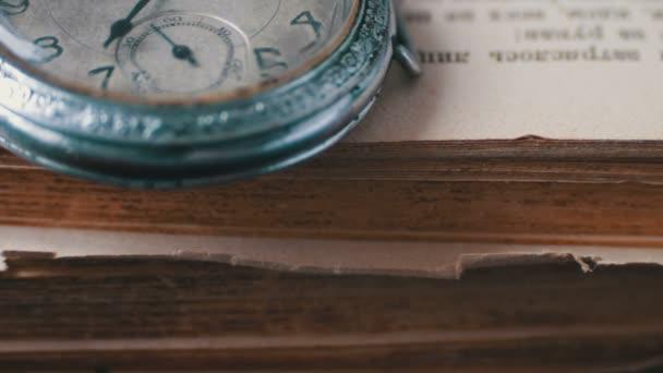 Vintage antik zsebóra a háttérben a régi könyvek