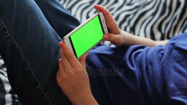 Touchscreen-Gerät halten, Hände Nahaufnahme eines jungen mit einem Smartphone. Chroma-Key, Green screen