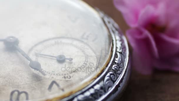 staré stříbrné kapesní hodinky z druhé ruky stěhování