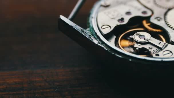 Ozubená kola mechanismus hodin, na stylové dřevěné pozadí