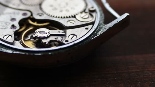 .Vnitřek hodinového mechanismu na stylové dřevěné pozadí