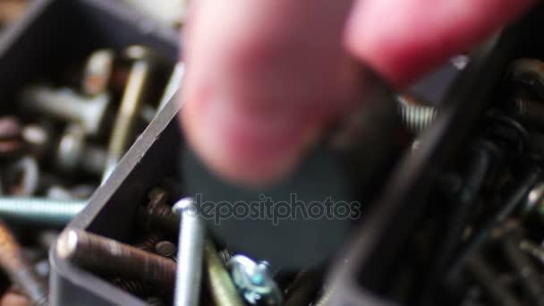7cf134506f1 Ímã atrai os parafusos de ferro de vários prendedores de ferragem ...