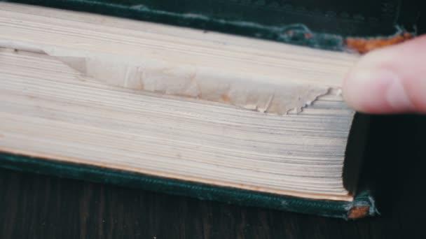 Otáčení stránek staré knihy zblízka