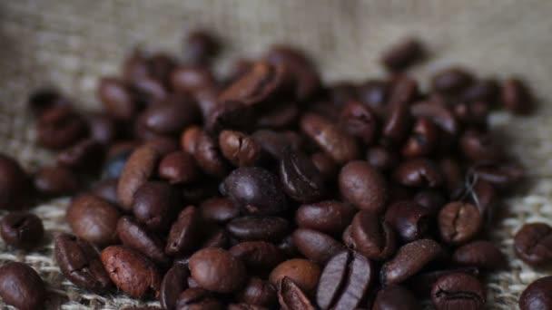 Zrnko kávy pádu střílení v makru