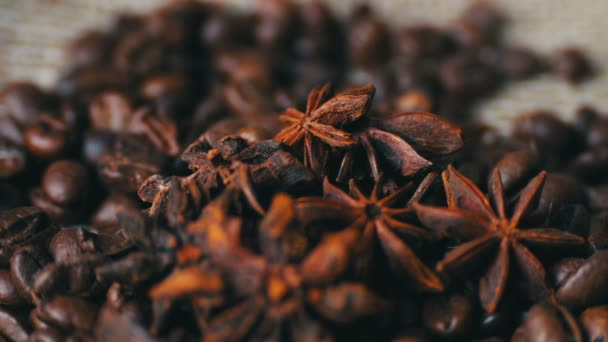 Detailní záběr na kávová zrna anýzu a skořice hole