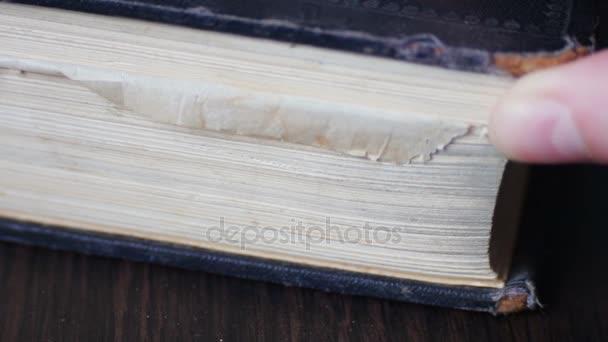 Vintage stará kniha s starožitný otáčení stránek