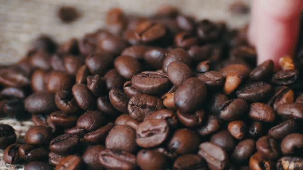 Frau braun tauch Kaffeebohnen Schleife Video