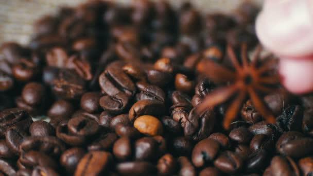 Nahaufnahme von Kaffeebohnen Anis und Zimtstangen