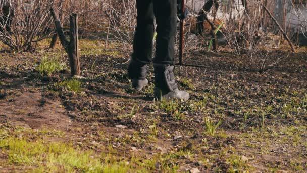 žena čistí zahradu od poslední roky suché listí se sklonem