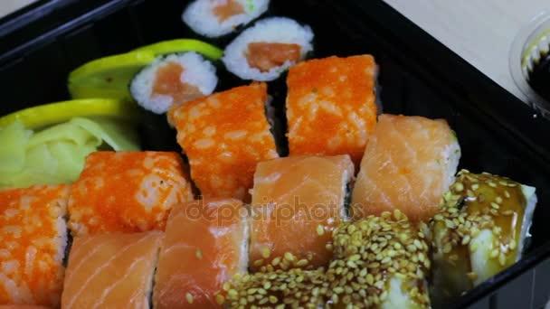 Friss japán sushi és tekercsek, makró sashimi, uramaki és nighiri. tipikus japán étel